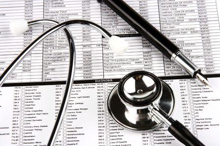 Stethoscoop en vulpen over een medisch rapport. Stockfoto