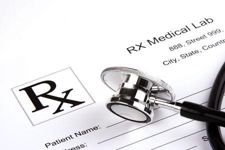 Een stethoscoop over een medisch rapport formulier.