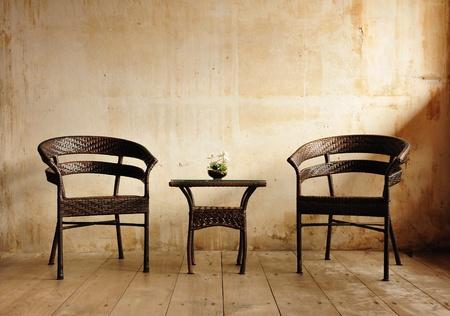 grunge interior: Dos sillas contra una pared beige