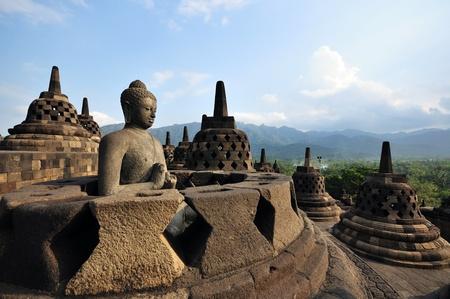 해골 탑에 부처님 동상입니다. 보로부두르. 자바. 인도네시아