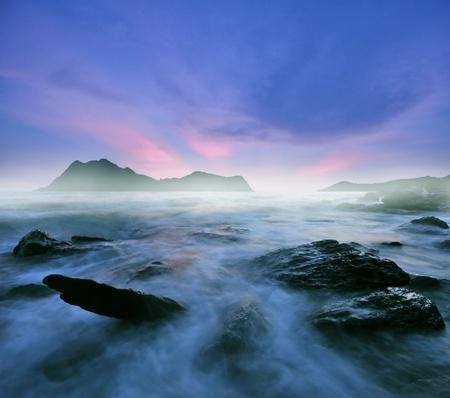 황혼의 바다 물에 돌 환상적인 풍경