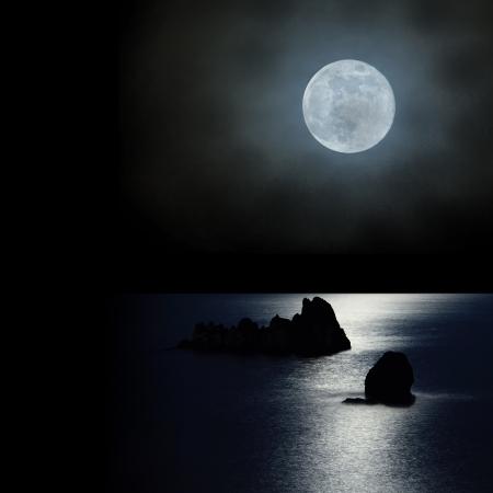 달은 멋진 하늘에서 바다 위에 일어나 스톡 콘텐츠