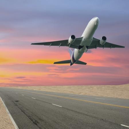 큰 제트 비행기 활주로를 이륙 스톡 콘텐츠
