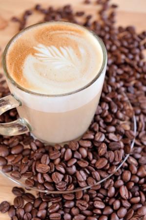 planta de cafe: Granos de caf? frescos en la madera y una bolsa de ropa, listos para preparar un delicioso caf? Foto de archivo