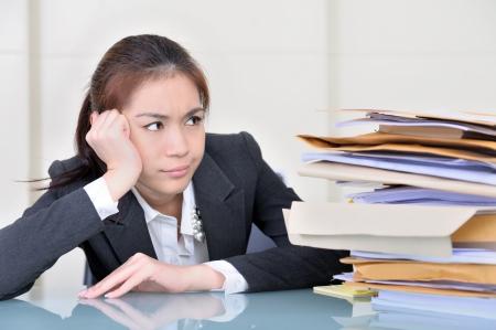woman issues: empleado de oficina en oficina con muchas carpetas