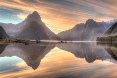 landschap van het hooggebergte gletsjer in Milford Sound, Nieuw-Zeeland Stockfoto