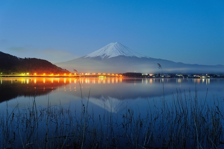 Mt Fuji in the early morning with reflection on the lake kawaguchiko Imagens - 27662999