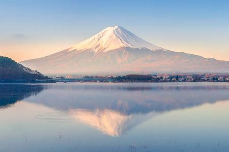 河口湖に反射早朝の富士山