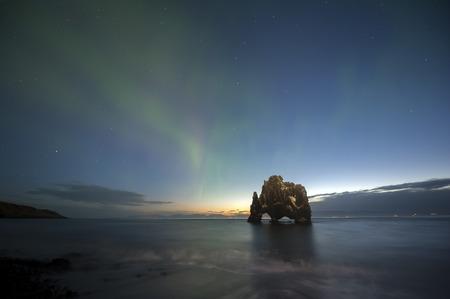 espejo: Hvitserkur es una roca espectacular en el mar en la costa norte de Islandia Foto de archivo