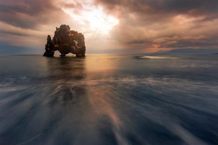 Hvitserkur는 아이슬란드의 북부 해안에있는 바다의 장관 바위입니다