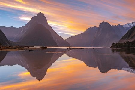 風景: ミルフォード サウンド、ニュージーランドで高い山の氷河の風景