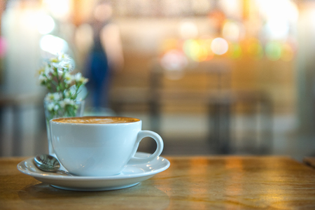 tomando café: taza de granos de café y café  Foto de archivo