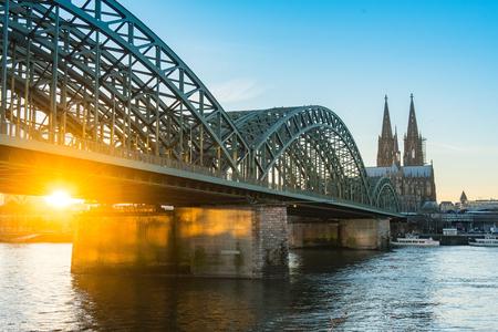 dom: Cologne, Allemagne sur le fleuve Rhin.