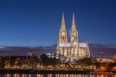 dom: Bridge et le Dom de Cologne dans la nuit. Cologne, Allemagne