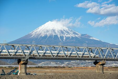 ponte giapponese: Bullet train Tokaido Shinkansen with view of mountain fuji