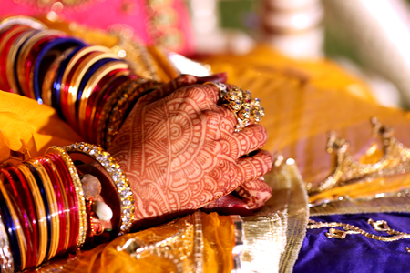 bangles hand: brides hand beautifully decorated with heena and filled woth colourful bangles both of glass and gold Stock Photo