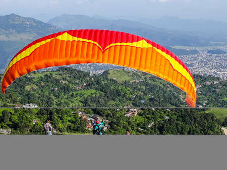 Paragliders ready to take off from the hill for paragliding in the Pokhara valley of Nepal. Banque d'images