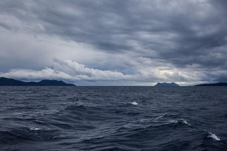 어두운 구름과 제도, 그리스의 폭풍우 치는 바다