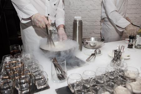 Elaboración de helados con nitrógeno líquido, espectáculo del chef.