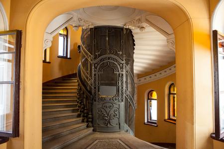 집 입구에있는 오래된 엘리베이터