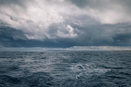 Somber weer op zee met regenwolken