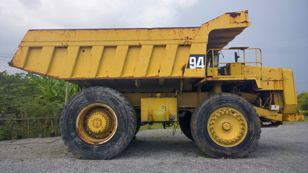 Big and heavy Yellow dump truck side view Stockfoto