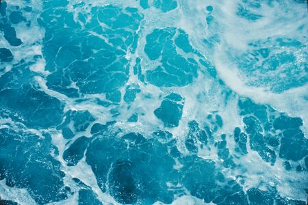 Acqua di mare blu astratta con schiuma bianca per lo sfondo