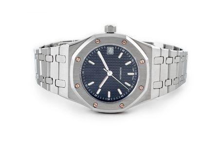 白い背景と分離クロノグラフ腕時計