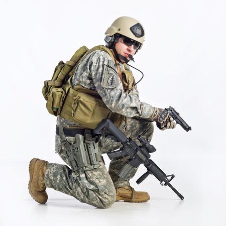 白い背景の上の SWAT チームの役員