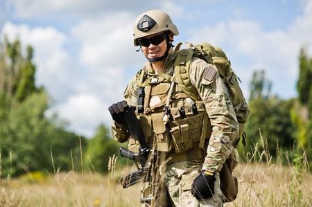 残りの部分でポーズの武器を持つ兵士