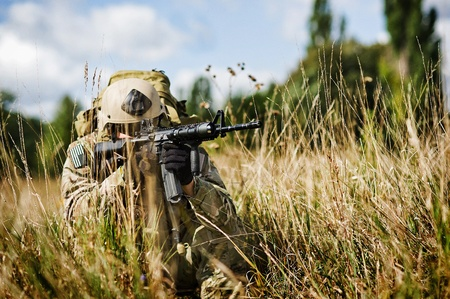 フル装備の兵士イラクの彼の位置を守る