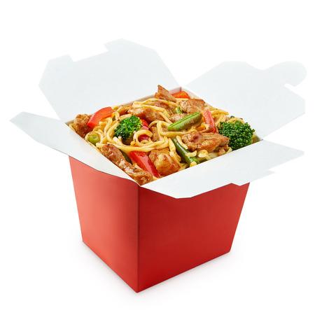 白い背景で隔離の箸を使って中華鍋麺ボックス