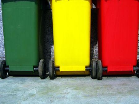 Los depósitos de basura de separación de basura - tres colores de plástico, metal y burnables  Foto de archivo - 416621