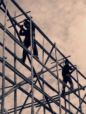 andamios: Andamio de bamb� -- con dos hombres en el trabajo, imagen de la vendimia Foto de archivo