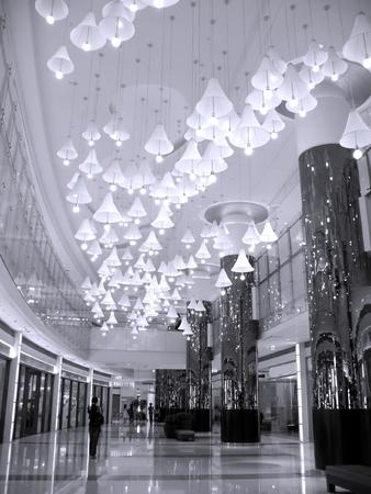 abatjour: Mall Entrance Hall - con molti lampadari appesi al soffitto