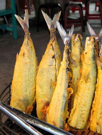 Todo el pescado frito - pescado entero en masa al aire libre en un restaurante chino  Foto de archivo - 2300525