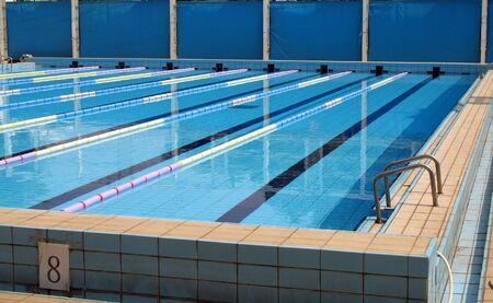 s�parateurs: Une piscine pour les comp�titions de natation avec les s�parateurs de voies Banque d'images