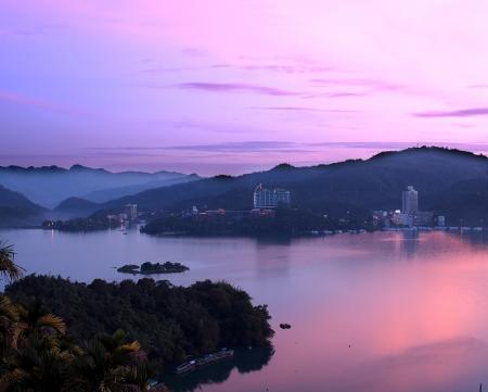 sol luna: Amanecer temprano por la ma�ana en el famoso Lago Sun Moon en Taiw�n Foto de archivo