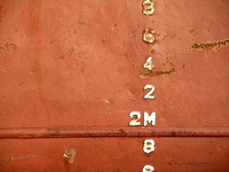 wasserlinie: Closeup Blick auf die Wasserlinie eines Frachters Schiff im Hafen vor Anker Lizenzfreie Bilder