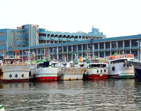 atun rojo: Donggang, Taiw�n, 28 de abril: Los barcos de pesca en el puerto de Donggang prepararse para el inicio de la temporada de pesca del at�n rojo del a�o el 28 de abril de 2012 en Donggang.