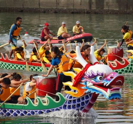 concurrencer: Kaohsiung, Taiwan - 23 JUIN: Deux �quipes non identifi�s des athl�tes f�minines en comp�tition en 2012 Courses de bateaux-dragons sur la rivi�re Amour le 23 Juin 2012 � Kaohsiung