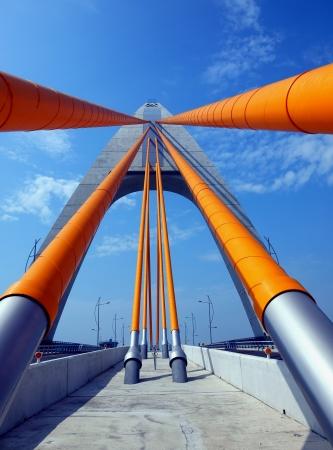 15214726-un-cable-unique-tour-moderne-pont-a-haubans-avec-des-cables-en-acier-massif.jpg
