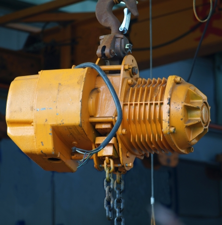 linkage: A small yellow winch designed as a gantry crane