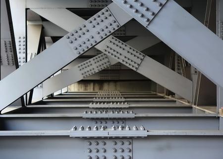 siderurgia: La parte inferior de un puente con vigas grandes de acero, tornillos y tuercas