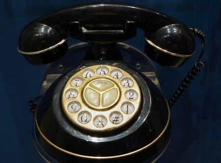 rotary dial telephone: Un viejo tel�fono de disco con el auricular negro