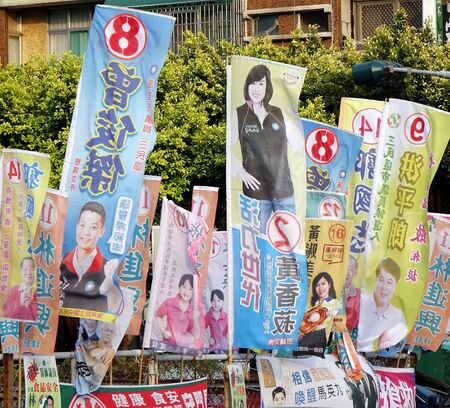 promotes: Kaohsiung, Taiw�n - 28 de noviembre 2014: elecciones locales de 2014 en Taiw�n. Un bosque verdadero de banderas electorales favorece a los candidatos de los distintos partidos.