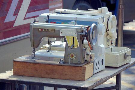maquinas de coser: KAOHSIUNG TAIWAN 05 de abril 2015: Un vendedor exterior vende m�quinas de coser de segunda mano en un mercado local. Editorial