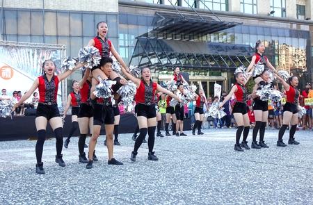 가오슝, 대만 - 6 월 (17), 2015 다음 슈 - 테 고등학교에서 학생들은 드래곤 보트 축제의 시작 무료 야외 무용을 수행합니다.
