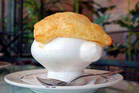 potage: Un plato de sopa con potaje de ma�z y pasta de hojaldre crujiente