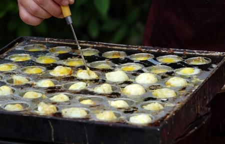 manos sucias: A proveedor de cocineros escalfados huevos de codorniz, una merienda popular en Taiwán